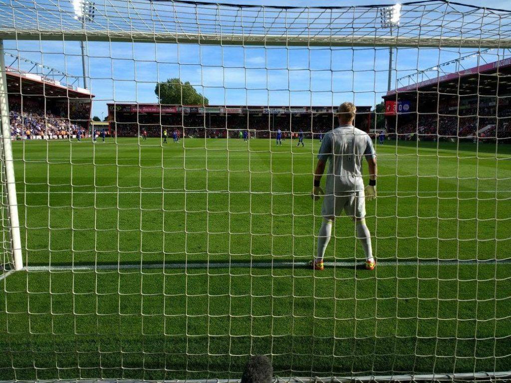 レスター・シティFCのゴールキーパー、カスパー・シュマイケルの後ろから撮影