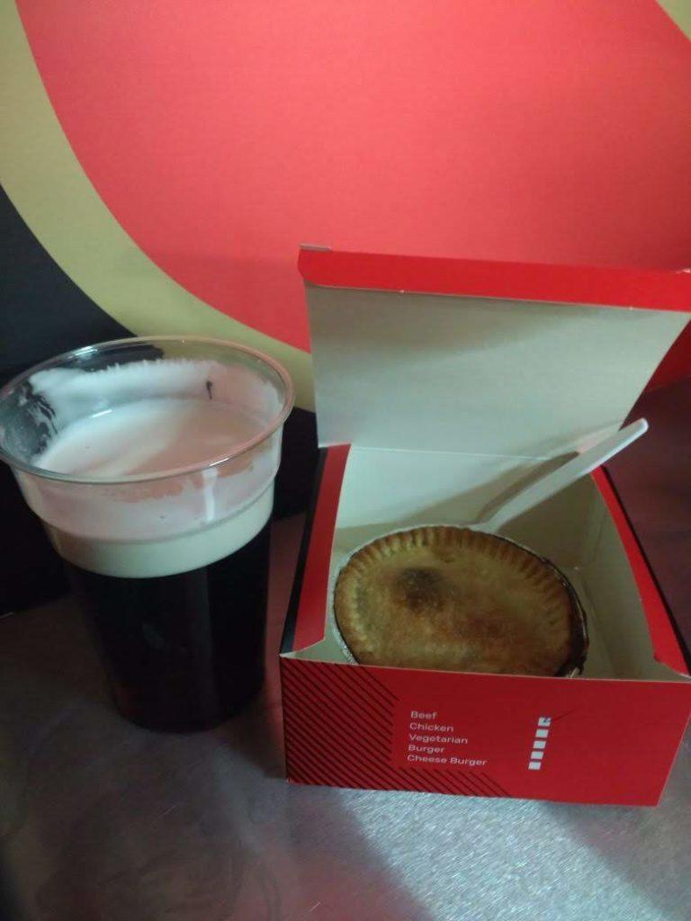 プレマッチドリンクのビールとミートパイ。